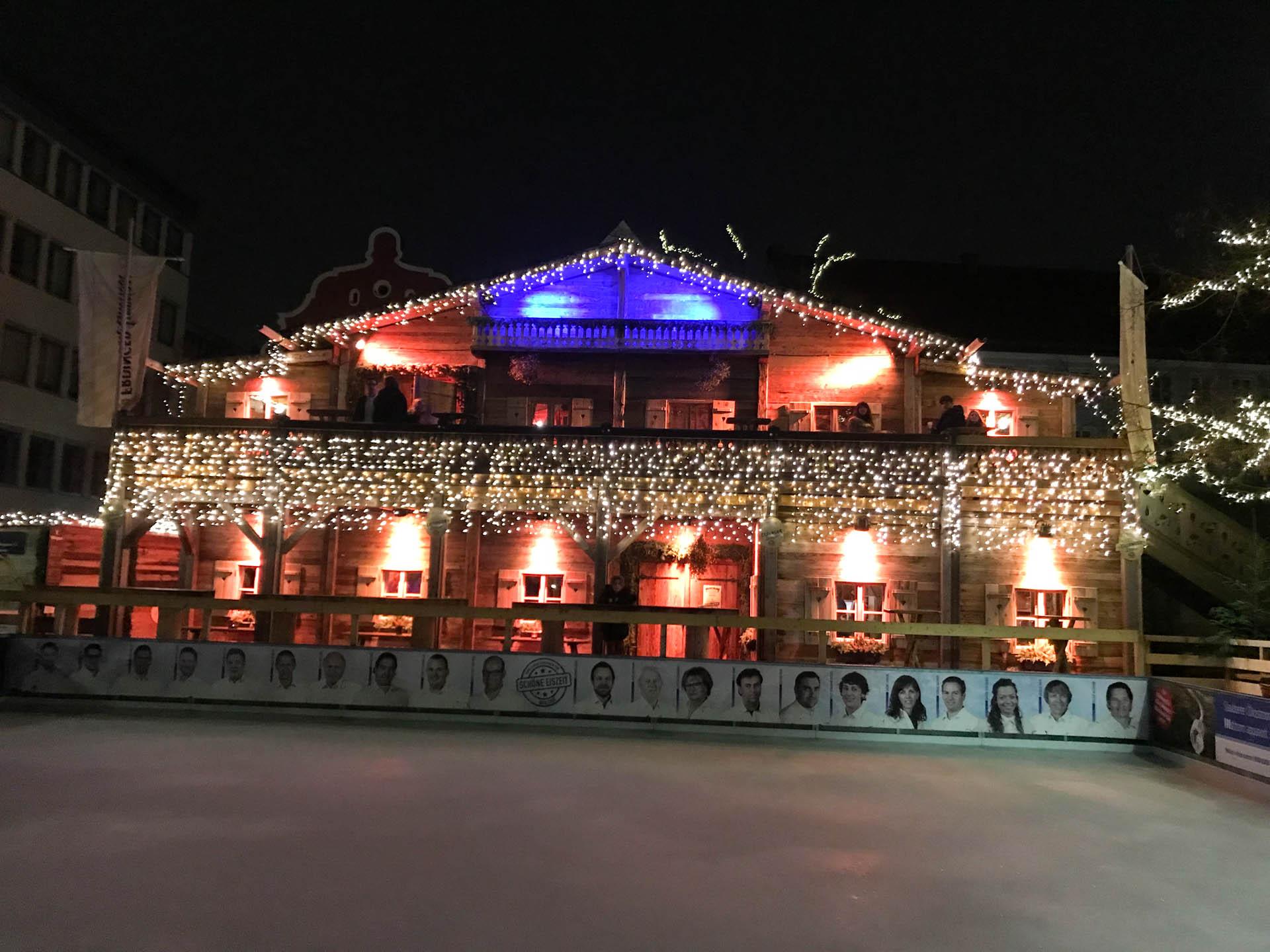 Hütte von außen mit Eislaufbahn